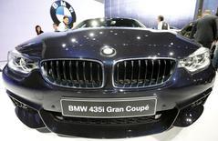 BMW a annoncé jeudi viser des ventes de plus de deux millions de véhicules en 2014, après des résultats supérieurs aux attentes au quatrième trimestre 2013, qui permettent au constructeur automobile allemand de relever son dividende. /Photo prise le 4 mars 2014/REUTERS/Arnd Wiegmann