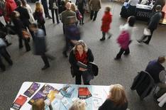 Uma mulher que procura um emprego fala um representante em uma feira de carreiras da área de saúde, em Denver. O número de norte-americanos que entrou com novos pedidos de auxílio-desemprego caiu inesperadamente e atingiu nova mínima em três meses na semana passada, sugerindo um fortalecimento nas condições do mercado de trabalho. 09/04/2013 REUTERS/Rick Wilking