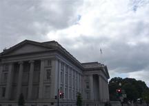 El Departamento del Tesoro de Estados Unidos en Washington, sep 29 2008. Los precios de los bonos del Tesoro de Estados Unidos bajaban el jueves tras unos datos de las ventas minoristas del país que resultaron mejores de lo esperado, al igual que las cifras semanales de desocupación. REUTERS/Jim Bourg