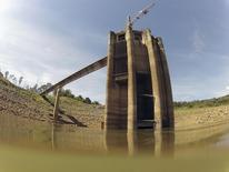 Vista do sistema de coleta de água do sistema Cantareira na represa de Jaguari, em Joanópolis. Um racionamento de água em São Paulo teria efeitos mais danosos sobre a General Motors do que de energia, disse nesta quinta-feira o presidente da montadora de veículos para a América do Sul, Jaime Ardila. 21/02/2014 REUTERS/Paulo Whitaker