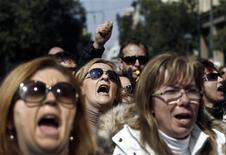Empleados del sector público griego en una marcha rumbo al Parlamento en Atenas, mar 12 2014. La tasa de desempleo de Grecia subió a un récord trimestral de 27,5 por ciento en los últimos tres meses del 2013, pese a que el ritmo de contracción económica se alivió, manteniendo los niveles de desocupación más altos de la zona euro, mostraron datos publicados el jueves. REUTERS/Alkis Konstantinidis