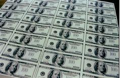Imagen de archivo de una plantilla con billetes de 100 dólares exhibidos en una visita para medios a la Oficina de Grabado e Impresión del Departamento del Tesoro de Estados Unidos, mar 21 1996. El Gobierno de Estados Unidos registró un déficit de presupuesto menor a lo esperado en febrero, debido a que los ingresos fueron mayores que en igual periodo del año pasado. Reuters/archive