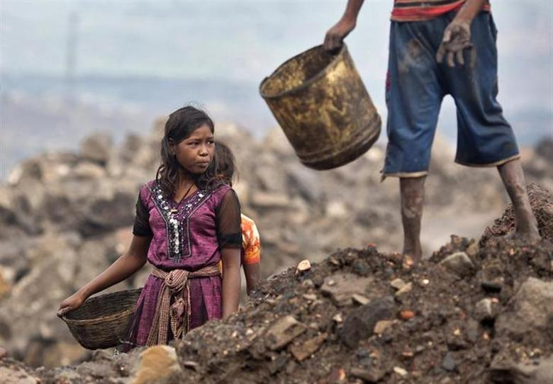 Locals prepare to collect coal from an open cast coal field at Dhanbad district in Jharkhand September 20, 2012. REUTERS/Ahmad Masood/Files