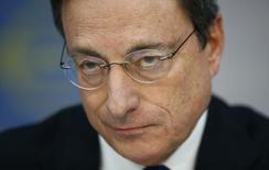 Президент ЕЦБ Марио Драги на ежемесячной пресс-конференции банка во Франкфурте-на-Майне 6 марта 2014 года. Европейский центробанк готовит дополнительные меры против дефляции, закрепляющейся в еврозоне, поскольку сильный евро влияет на цены, сказал в четверг президент ЕЦБ Марио Драги. REUTERS/Ralph Orlowski