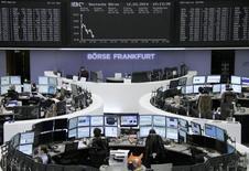Вид на табло фондовой биржи во Франкфурте-на-Майне 12 марта 2014 года. Европейские фондовые рынки снизились до минимума пяти недель из-за напряженной ситуации на Украине накануне референдума в Крыму. REUTERS/Remote/Stringer