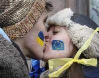 Студенты целуются на улице в Киеве во время акции в поддержку подписания соглашения об ассоциации с ЕС 29 ноября 2013 года. Вопреки общепринятому мнению лишь немногое отличает украинцев на русскоговорящем востоке страны от их соотечественников с Западной Украины, показали результаты вышедшего в пятницу опроса, показавшего, что жители обеих частей страны поддерживают переговоры для разрешения крымского кризиса. REUTERS/Gleb Garanich