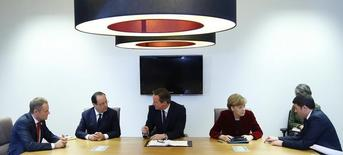 """(Слева направо) Премьер-министр Польши Дональд Туск, президент Франции Франсуа Олланд, премьер-министр Британии Дэвид Кэмерон, канцлер Германии Ангела Меркель, премьер-министр Италии Маттео Ренци на встрече в Брюсселе 6 марта 2014 года. Европейский союз составил """"черный список"""" из 120-130 имен высокопоставленных российских чиновников, которым может быть запрещен въезд и чьи активы могут быть заморожены в рамках санкций, которыми ЕС собирается ответить на захват Крыма, сказали Рейтер европейские чиновники в пятницу. REUTERS/Yves Herman (BELGIUM - Tags: POLITICS MILITARY) - RTR3G455"""