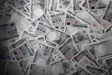 Банкноты 10.000 иен в офисе World Currency Shop в Токио 9 августа 2010 года. Иена пользуется спросом в пятницу и может закончить неделю максимальным недельным подъемом к доллару более чем за месяц, поскольку трейдеры хотят безопасности, учитывая напряжение, связанное с Украиной, и состояние экономики Китая. REUTERS/Yuriko Nakao