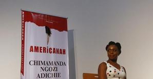 """A autora nigeriana Chimamanda Ngozi Adichie posa para fotografias após ler trecho de seu livro """"Americanah"""" em seu lançamento, em Lagos. Uma história de amor que examina as atitudes raciais modernas, uma crônica sobre os dias subsequentes ao furacão Katrina e uma biografia do escritor anglo-irlandês Jonathan Swift ganharam o prêmio literário norte-americano National Book Critics Circle. 27/04/2013 REUTERS/Akintunde Akinleye"""