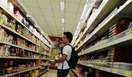 Un cliente observa unas estanterías con comida en un supermercado en Sao Paulo, ene 10 2014. La actividad económica de Brasil creció más de lo esperado en enero, con ventas minoristas sólidas que compensaron con creces buena parte de la abrupta desaceleración registrada el mes previo, informó el viernes el Banco Central. REUTERS/Nacho Doce