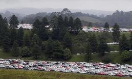 Carros novos parados na área de estoque da fábrica da montadora alemã Volkswagen em São Bernardo do Campo. O crescimento no mercado de veículos do Brasil entrou em ponto morto, mas é tarde demais para as montadoras pisarem no freio. Ao mesmo tempo que as vendas domésticas recuam e as exportações despencam, o setor está acrescentando mais de 1 milhão de veículos em nova capacidade em apenas alguns anos, o que deve impactar a lucratividade no quarto maior mercado automotivo do mundo. 02/03/2011 REUTERS/Paulo Whitaker