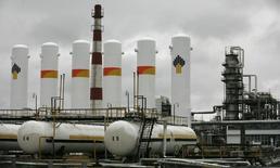 Vista geral da refinaria de Achinsk, propriedade da Rosneft, na cidade de Achinsk. A União Europeia elaborou uma lista de 120 a 130 nomes de russos que podem ser afetados por proibições de viagem e congelamento de bens, disseram autoridades europeias nesta sexta-feira, e um jornal alemão informou que os presidentes-executivos de duas das maiores empresas russas, Alexei Miller, da Gazprom, e Igor Sechin, da Rosneft, estarão nela. 28/10/2013 REUTERS/Ilya Naymushin