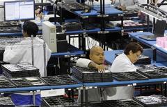 Funcionários montam telefones Motorola na fábrica Flextronics em Fort Worth, Texas. A produção industrial dos Estados Unidos se recuperou mais do que o esperado em fevereiro e atingiu a maior alta em seis meses, em mais um sinal de que a atividade econômica ganha fôlego após ser afetada pelo clima adverso. 10/09/2013 REUTERS/Mike Stone