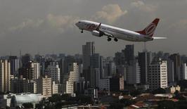 Um Boeing 737-800 da Gol decola do aeroporto de Congonhas em São Paulo. A empresa aérea Gol viu sua receita por passageiro disparar em fevereiro sobre um ano antes, ao mesmo tempo em que a oferta teve leve alta e a demanda por voos avançou fortemente. 17/01/2014 REUTERS/Nacho Doce