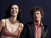 O vocalista dos Rolling Stone, Mick Jagger (à direita), ao lado de sua namorada, a estilista L'Wren Scott (à esquerda), na festa da revista Vanity Fair em 2011, em Hollywood. A estilista foi encontrada morta nesta segunda-feira em seu apartamento, em Nova York, segundo uma autoridade policial. 28/02/2011 REUTERS/Danny Moloshok