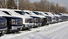 Фургоны Chevrolet в дилерском центре в Колорадо 6 февраля 2014 года. Американский автопроизводитель General Motors Co отзовет еще 1,5 миллиона автомобилей, сообщила компания в понедельник вечером. REUTERS/Rick Wilking
