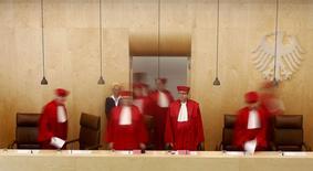 La Cour constitutionnelle allemande a reconnu mardi la légalité du mécanisme européen de stabilité (MES). Elle confirme ainsi une décision initiale prise en 2012 et qui avait permis à l'organe de renflouement permanent de la zone euro de voir le jour. /Photo prise le 18 mars 2014/REUTERS/Kai Pfaffenbach