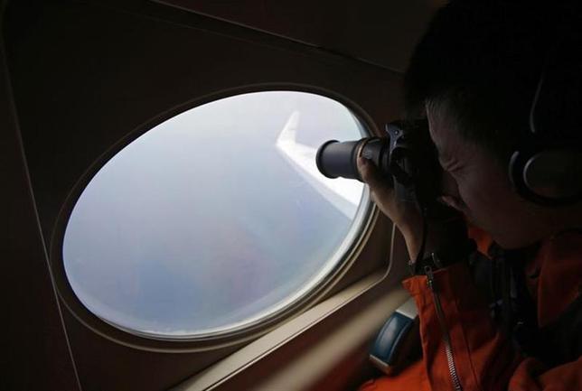 3月17日、今なお消息不明のマレーシア航空MH370便。操縦室から、トランスポンダと呼ばれる自動信号送受信機のスイッチを切った人物が誰であろうと、同機を技術的な「ブラックホール」に陥れた。写真は南シナ海上空から同機を捜索する日本の海上保安庁機。15日撮影(2014年 ロイター/Edgar Su)