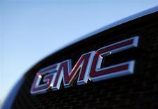 El logo de GM en un vehículo en una concesionaria de la firma en Carlsbad, EEUU, ene 4 2012. General Motors Co designó el martes un nuevo jefe de seguridad para vehículos, que será el responsable de solucionar problemas como los defectuosos interruptores de arranque vinculados a la muerte de 12 personas y el llamado a revisión de más de 1,5 millones de autos. REUTERS/Mike Blake