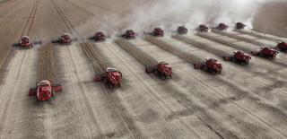 Trabalhadores colhem soja em uma fazenda em Tangará da Serra, em Mato Grosso. As principais empresas esmagadoras e exportadoras de soja do Brasil estimam uma safra de 86,1 milhões de toneladas nesta temporada no país, uma redução de 2,5 milhões de toneladas ante fevereiro. 27/03/2012 REUTERS/Paulo Whitaker