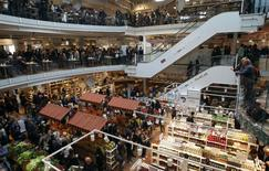 People gather during the opening day of upmarket Italian food hall chain Eataly's flagship store in downtown Milan, March 18, 2014. REUTERS/Alessandro Garofalo