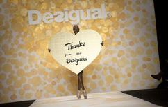 Défilé lors de la Fashion Week à New York. Eurazeo annonce son entrée au capital du groupe espagnol de prêt-à-porter et d'accessoires à petits prix Desigual à hauteur de 10% (285 millions d'euros) à l'occasion d'une augmentation de capital. /Photo prise le 6 février 2014/REUTERS/Carlo Allegri