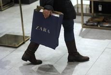 Женщина в магазине Zara в Мадриде 18 марта 2014 года. Владелец сети магазинов одежды Zara компания Inditex сообщила в среду о резком увеличении продаж в начале 2014 года после необычно слабого роста прибыли в прошлом году из-за обесценения валют за пределами еврозоны и реновации флагманских магазинов. REUTERS/Andrea Comas