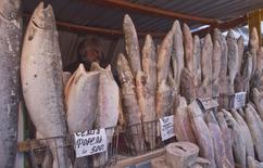 Мужчина продает мороженую рыбу на рынке в Якутии 17 января 2013 года. Потребительские цены в России с 12 по 17 марта 2014 года выросли на 0,2 процента, сохраняя данную динамику более месяца, сообщил Росстат. REUTERS/Maxim Shemetov