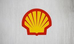 Логотип Shell на автозаправке в Лондоне 30 января 2014 года. Shell в январе этого года вышла из затянувшихся на два года переговоров c украинским правительством о разработке Скифского участка шельфа Черного моря, сообщила пресс-служба украинского подразделения компании. REUTERS/Suzanne Plunkett