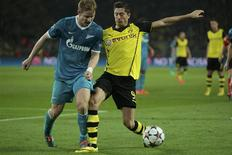Zenit St Petersburg's Tomas Hubocan (L) is tackled by Borussia Dortmund's Robert Lewandowski during their Champions League round of 16 second leg soccer match in Dortmund, March 19, 2014. REUTERS/Ina Fassbender