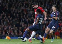 Manchester United's Robin van Persie (red) scores his second goal against Olympiakos during their Champions League soccer match at Old Trafford in Manchester, northern England, March 19, 2014. REUTERS/Phil Noble