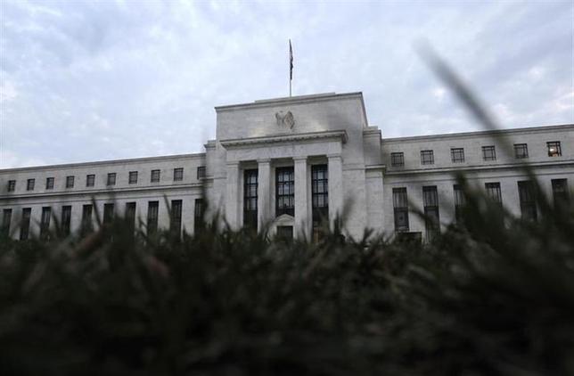 3月19日、米FRBは国内労働市場が完全回復し、インフレ率が目標まで上昇した後も、金利を異例の低水準に維持する可能性を示した。写真はワシントンのFRB。2013年7月撮影(2014年 ロイター/Jonathan Ernst)