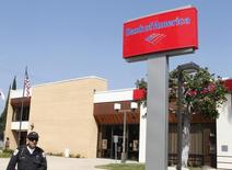 A security guard patrols outside a Bank of America office in Burbank, California August 19, 2011. REUTERS/Fred Prouser