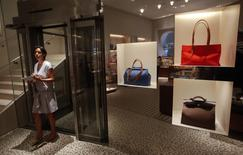 Женщина в магазине Hermes в Бомбее 23 августа 2011 года. Французский производитель предметов роскоши Hermes объявил в четверг о повышении дивидендов после роста прибыли и достижения рекордной маржи в прошлом году. REUTERS/Danish Siddiqui