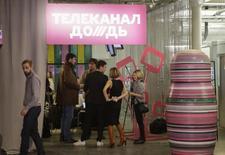"""Журналисты в офисе телеканала """"Дождь"""" в Москве 4 февраля 2014 года. Российский независимый телеканал """"Дождь"""", который вызвал недовольство Кремля и перестал транслироваться большинством операторов, в июне может лишиться своего помещения. REUTERS/Tatyana Makeyeva"""