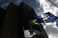 """A bandeira do Brasil vista fora da sede do Banco Central, em Brasília. O Banco Central informou que o risco de liquidez no sistema bancário brasileiro continuou baixo, embora tenha detectado """"pequeno aumento no período"""", segundo Relatório de Estabilidade Financeira referente ao segundo semestre de 2013, divulgado nesta quinta-feira. 15/01/2014 REUTERS/Ueslei Marcelino"""