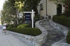 Una vivienda a la venta en el barrio de Pacific Heights en San Francisco, EEUU, oct 25 2013. Las ventas de casas usadas en Estados Unidos bajaron levemente en febrero y tocaron un mínimo en 19 meses, ya que el clima frío y el escaso número de viviendas a la venta ahuyentaron a los potenciales compradores. REUTERS/Robert Galbraith