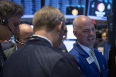 Unos operadores en el parqué de Wall Street en Nueva York, mar 19 2014. Las tensiones globales y la reducción de estímulos de la Reserva Federal mantendrán un nivel modesto en las ganancias en el mercado de acciones de Estados Unidos durante el resto del 2014, mostró un sondeo de Reuters. REUTERS/Brendan McDermid