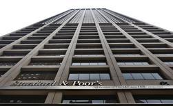 """El edificio corporativo de Standard & Poor's en el distrito financiero de Nueva York, feb 5 2013. Standard & Poor's bajó el jueves el panorama de la calificación crediticia soberana de Rusia a """"negativo"""" desde """"estable"""", citando los crecientes riesgos geopolíticos y económicos. REUTERS/Brendan McDermid"""