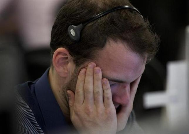 3月20日、ロンドン株式市場は続落。写真はロンドンのディーリングルームで2011年11月撮影(2014年 ロイター/Olivia Harris)