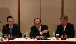 Hutchison Whampoa Limited Deputy Chairman Victor Li (L-R), Chairman Li Ka-shing and Group Managing Director Canning Fok attend a news conference in Hong Kong March 21, 2014. REUTERS/Bobby Yip