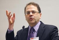 Narayana Kocherlakota, presidente del banco de la Fed de Minneapolis, durante una conferencia en Boston, nov 30, 2012. La Reserva Federal de Estados Unidos debería haber prometido que mantendrá las tasas cerca del cero por ciento hasta que el desempleo caiga debajo del 5,5 por ciento en la medida que sigan contenidos los riesgos para la inflación, dijo un funcionario de la entidad, Narayana Kocherlakota. REUTERS/Brian Snyder