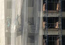 Trabalhadores vistos em um prédio em construção em São Paulo. O estoque pronto de imóveis da Cyrela Brazil Realty não deve baixar no curto prazo, e a margem das vendas destes empreendimentos, normalmente mais baixas, serão compensadas pelos novos lançamentos. 02/06/2011 REUTERS/Nacho Doce