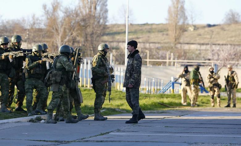 Russian troops seize Crimea airbase as Moscow consolid...