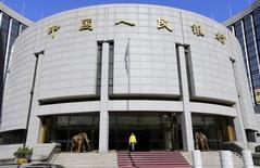 Vue du siège de la banque centrale chinoise, à Pékin. Au cours des deux prochaines années, la Banque populaire de Chine (PBOC) compte porter ses efforts sur la libéralisation des taux de dépôt des banques tout en relâchant l'étau autour du yuan afin de laisser davantage d'influence aux forces du marché. /Photo d'archives/REUTERS/Jason Lee