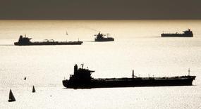 Танкеры в гавани Марселя 27 октября 2010 года. Цены на нефть снижаются на фоне слабых экономических данных Китая и сезонного спада потребления. REUTERS/Jean-Paul Pelissier