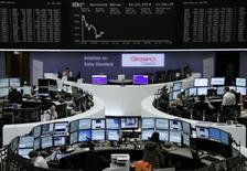 Трейдеры на торгах фондовой биржи во Франкфурте-на-Майне 24 марта 2014 года. Европейские фондовые рынки снижаются после сообщения о сокращении производственной активности в Китае. REUTERS/Remote/Stringer