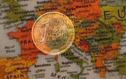 Moneda de 1 euro sobre mapa de Europa, ene 9, 2013. El ritmo de crecimiento de las empresas privadas de la zona euro apenas se desaceleró en marzo desde el máximo en dos años y medio alcanzado en febrero, pero las compañías se vieron obligadas a recortar precios de nuevo para mantener el impulso, según encuestas conocidas el lunes. REUTERS/Kai Pfaffenbach