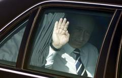 Президент России Владимир Путин в автомобиле после прилета в аэропорт Дели 25 января 2007 года. Россия введет запрет на покупку импортных автомобилей госорганами после введения санкций Запада, надеясь поддержать свой автопром в условиях спада продаж. REUTERS/B Mathur