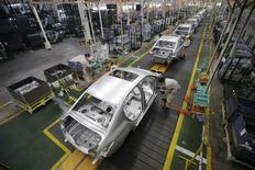 Unos empleados ensamblan vehículos en la línea de producción de Dongfeng Peugeot Citroën en Wuhan, China, feb 13 2014. El crecimiento de las manufacturas en Estados Unidos fue sólido en el primer trimestre y el retorno a la expansión en la actividad empresarial francesa este mes sugiere que una recuperación tomaba forma en la zona euro, aunque el sector fabril chino titubeó a inicios del año, mostraron sondeos. REUTERS/Darley Shen